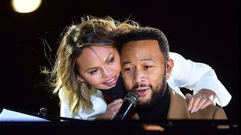 Chrissy Teigen klemmer John Legend på scenen