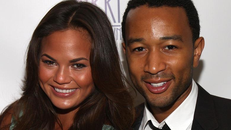 Unge Chrissy Teigen og John Legend smiler