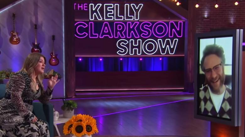 Kelly Clarkson snakker med Seth Rogen