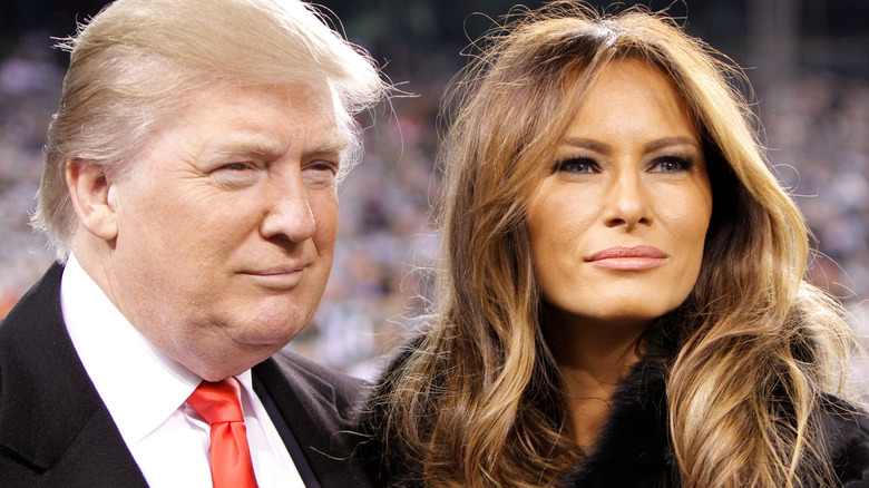 Donald og Melania Trump poserer og smiler sammen