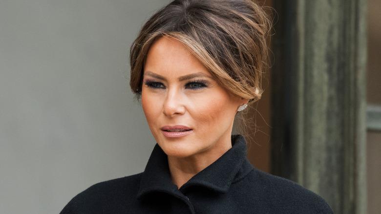 Melania Trump poserer i svart