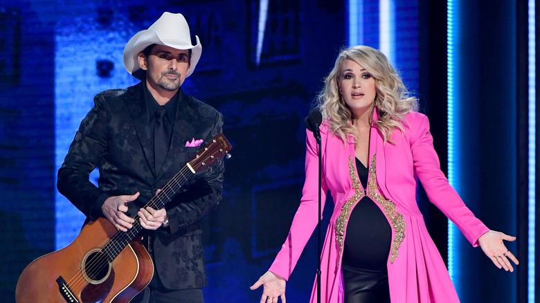 Brad Paisley og Carrie Underwood er vert for CMA Awards