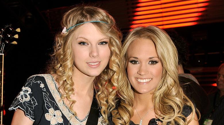 Taylor Swift og Carrie Underwood smiler