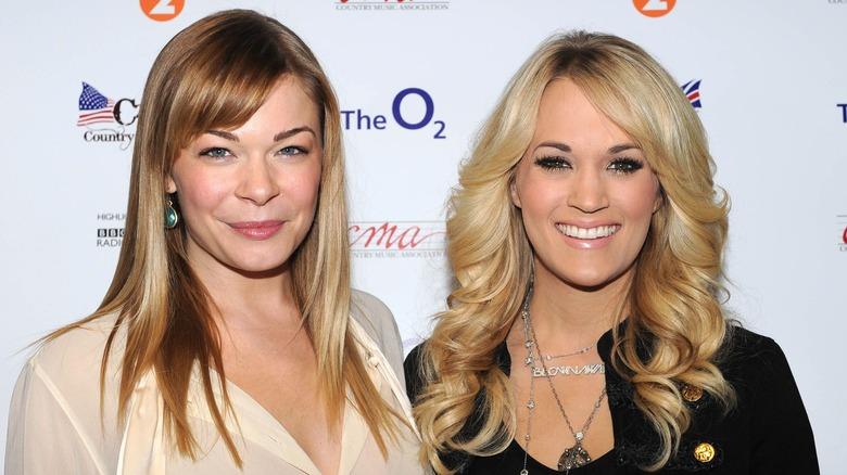 Carrie Underwood og LeAnn Rimes smiler