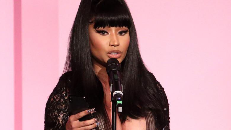 Nicki Minaj snakker på arrangementet