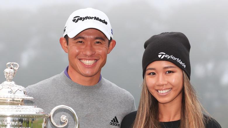 Collin Morikawa og Katherine Zhu med trofé