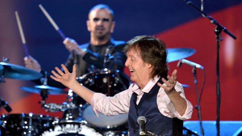 Paul McCartney og Ringo Starr opptrer