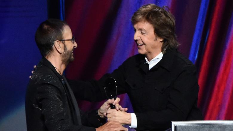 Ringo Starr og Paul McCartney klemmer sammen