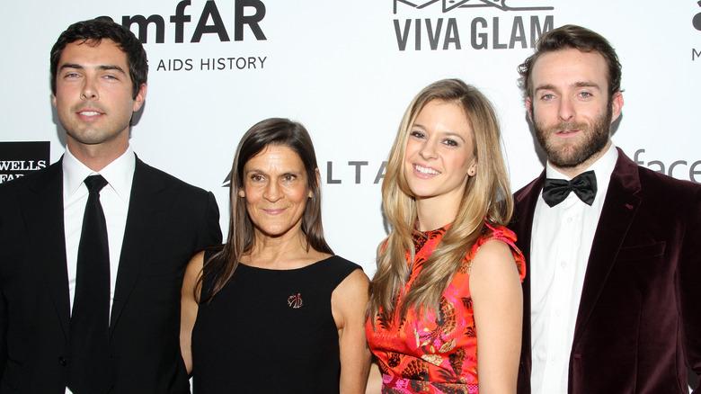 Caleb Wilding, Aileen Getty, Alexandra Wilding og Andrew Wilding smilende
