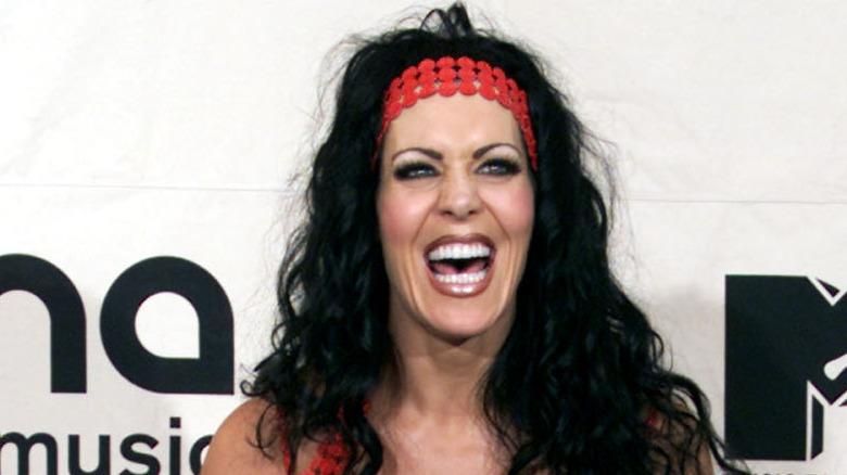 Joanie Lauer aka Chyna med munnen åpen og gliser