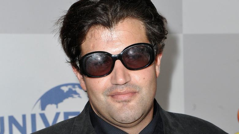 Jason Davis iført solbriller og flirer