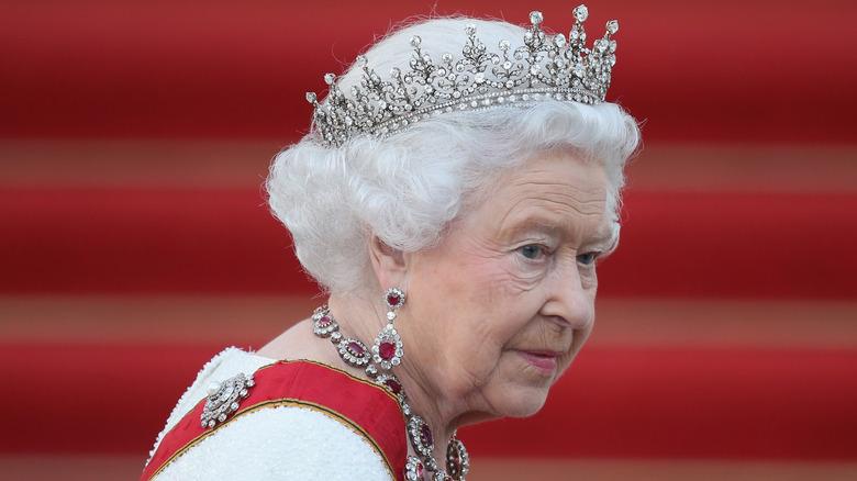 Dronning Elizabeth krone alvorlig