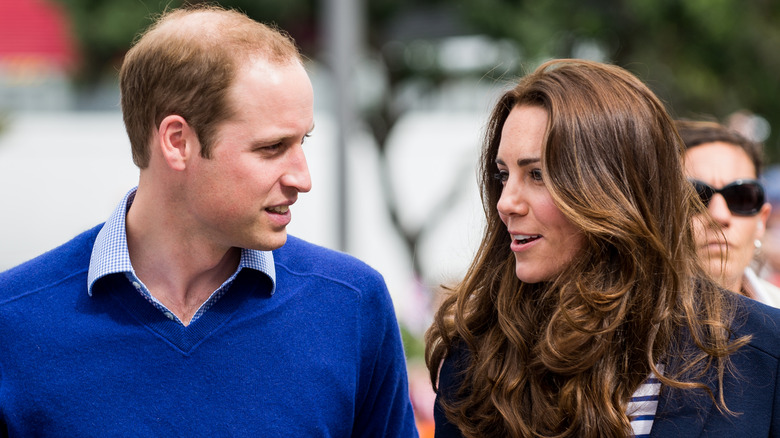 Prins William og Kate Middleton snakker