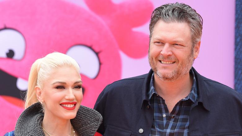 Gwen Stefani og Blake Shelton smiler