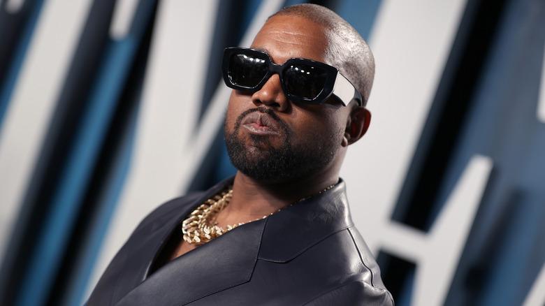Kanye West poserer