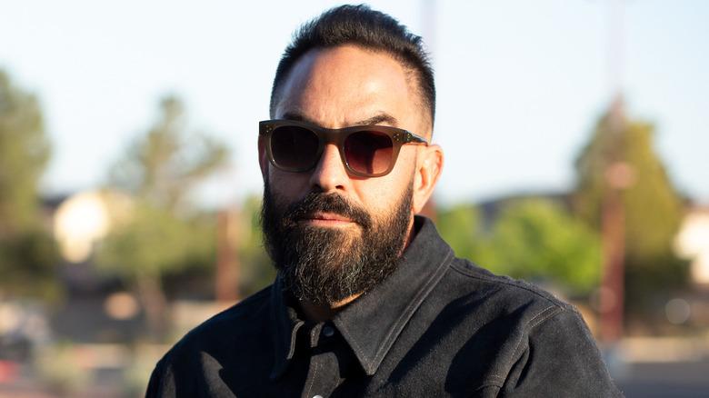 Chris Núñez poserer utendørs