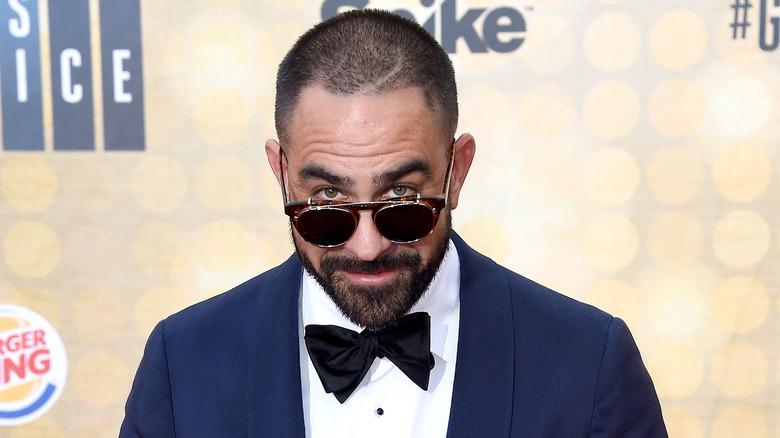Chris Núñez titter over solbriller