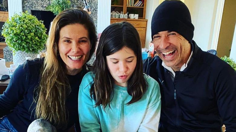 Adriana Henao og Helio Castroneves med datteren