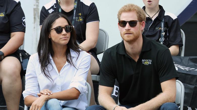 Meghan Markle prins Harry satt og hadde på seg solbriller