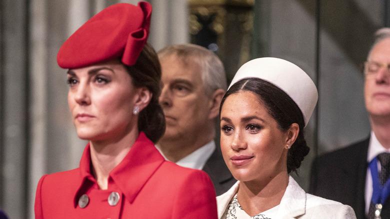 Kate Middleton står foran Meghan Markle