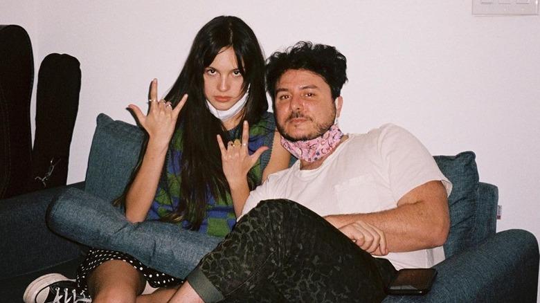 Olivia Rodrigo og Dan Nigro sitter sammen