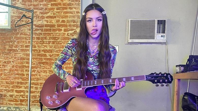 Olivia Rodrigo spiller gitar