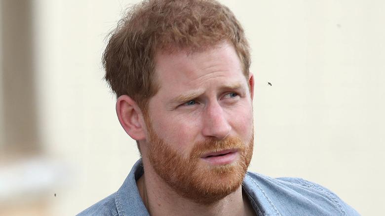Prins Harry med et seriøst uttrykk