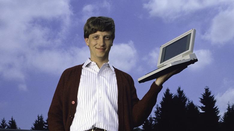 Bill Gates holder en datamaskin