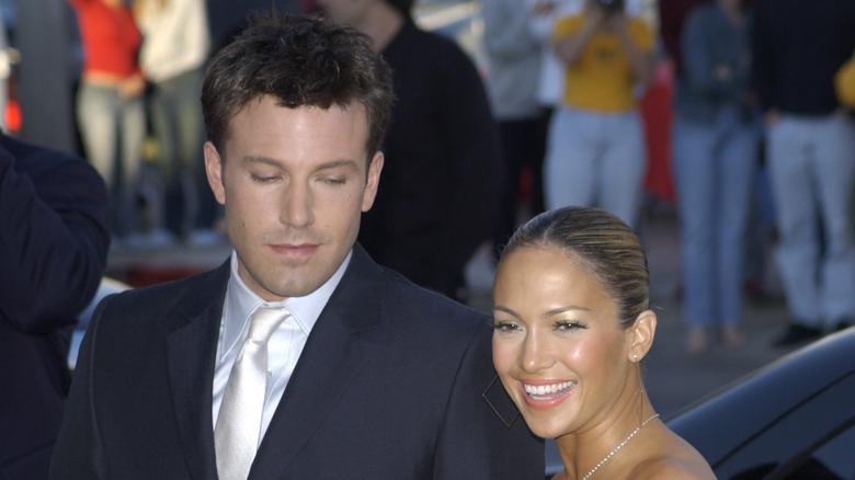 Ben Affleck ser ned på Jennifer Lopez