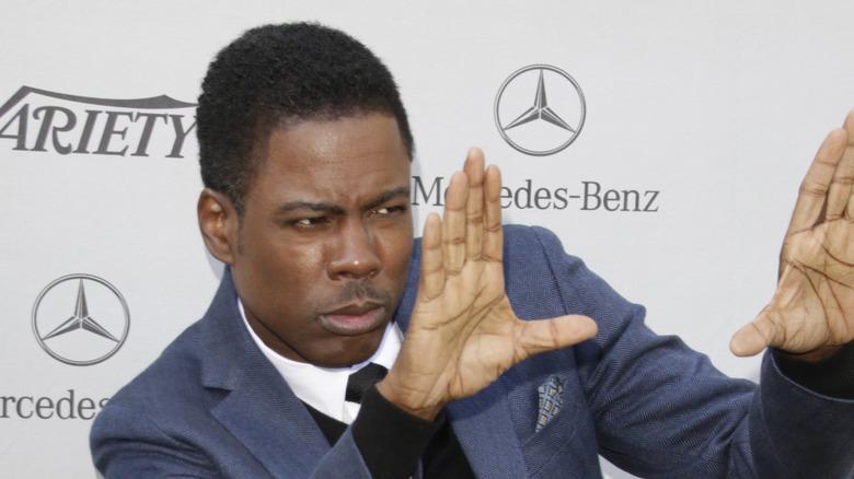 Chris Rock med hendene oppe