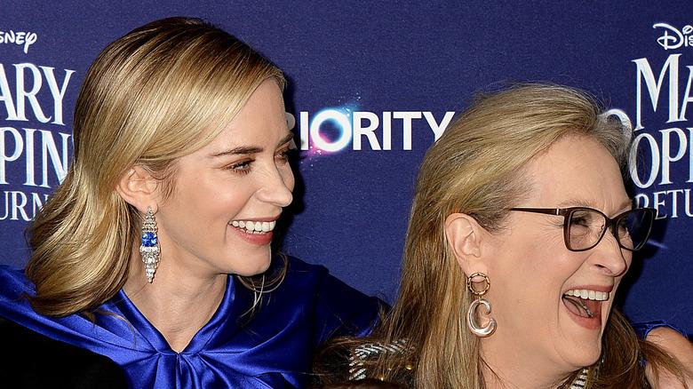 Emily Blunt og Meryl Streep ler sammen