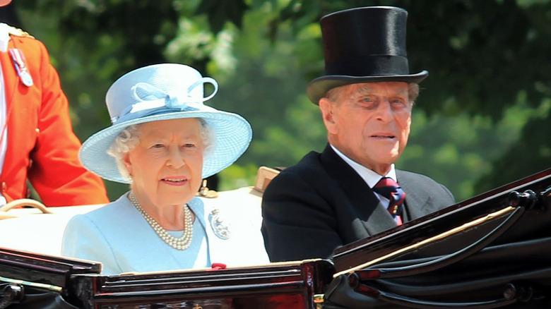 Dronning Elizabeth og prins Philip kjører i en vogn i 2017
