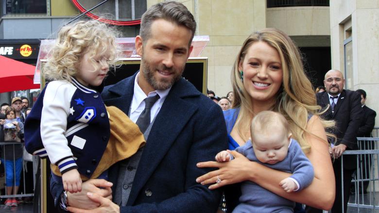 Ryan Reynolds og Blake Lively poserer med døtrene sine