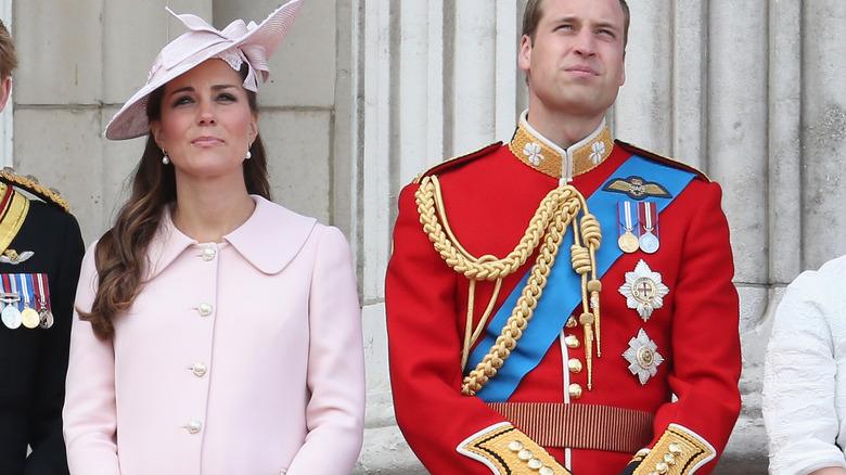 Kate Middleton og prins William tropper fargen