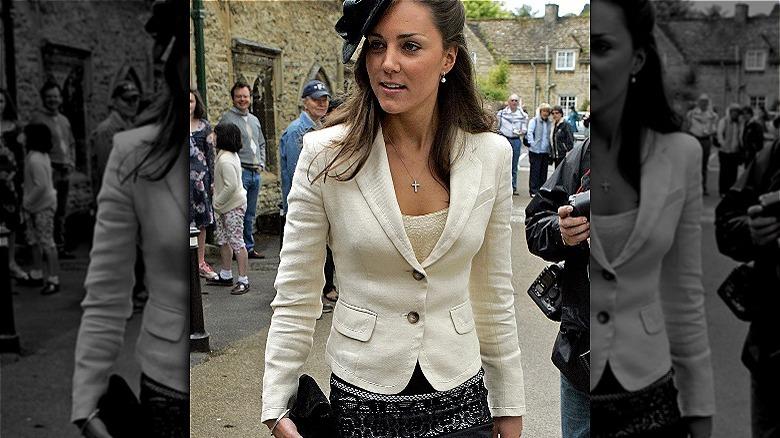 Kate Middleton iført hatt og går