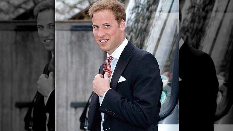 Prins William har på seg dress og smiler