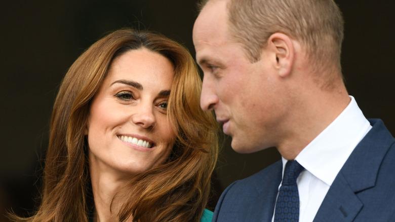 Kate Middleton smiler til prins William