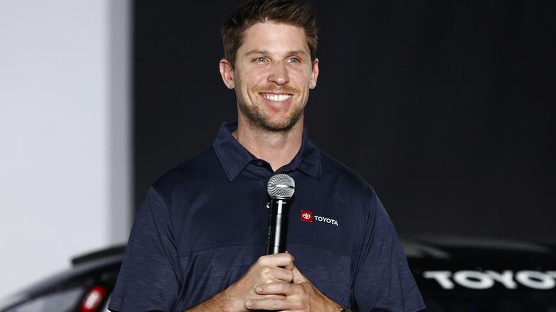 Denny Hamlin smiler til den nye NASCAR-avdukingen