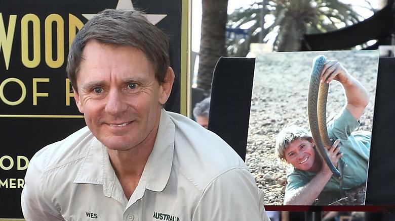 Wes Mannion med et bilde av Steve Irwin