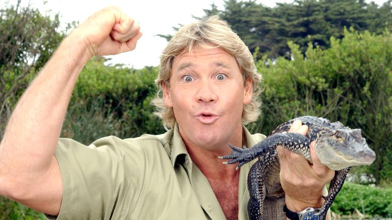 Steve Irwin holder liten alligator
