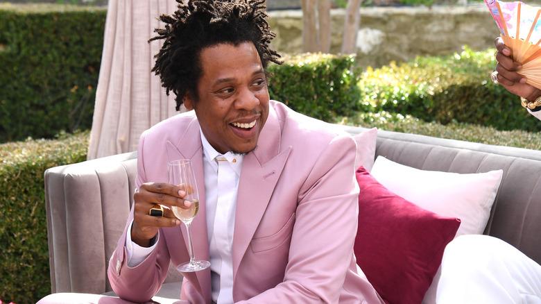 Jay-Z holder et glass champagne