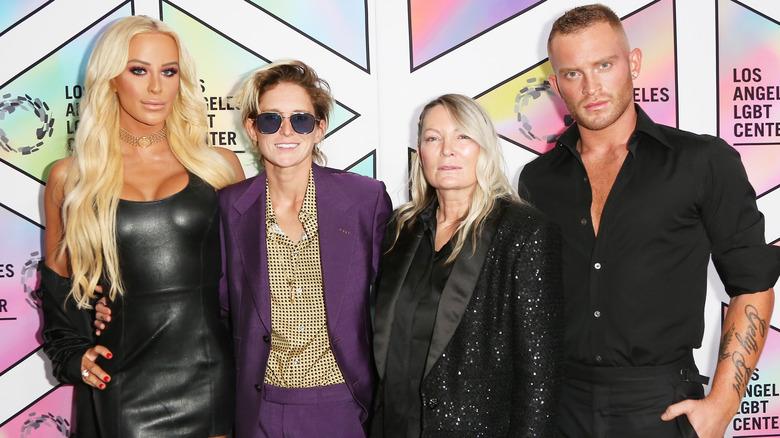 Gigi Gorgeous og Getty-familien, poserer sammen