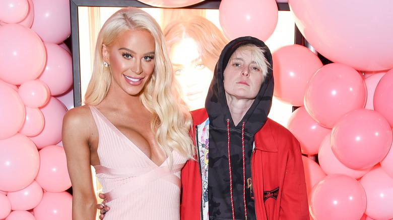 Gigi Gorgeous og Nats Getty begge poserer