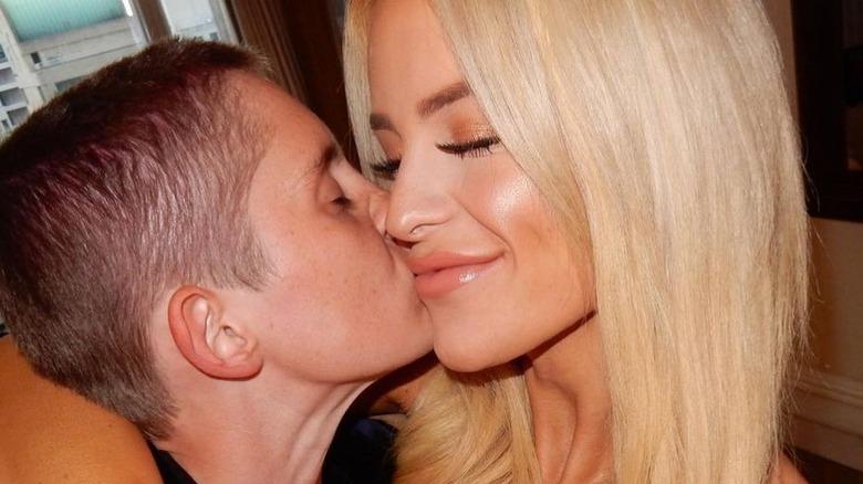 Gigi Gorgeous og Nats Getty kysser