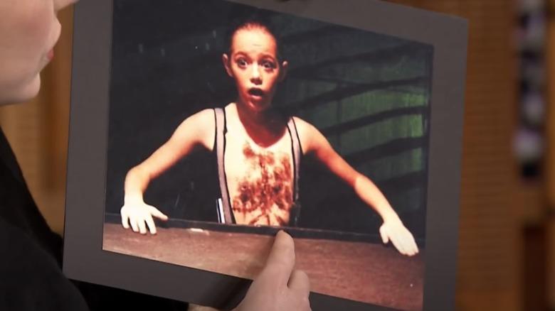 Emma Stone holder et bilde av seg selv i kostyme med hårete bryst