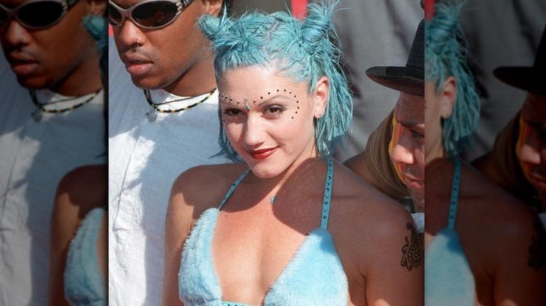 Gwen Stefani i bikinitopp og bindi