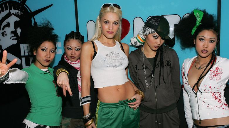 The Harajuku Girls poserer med Gwen Stefani