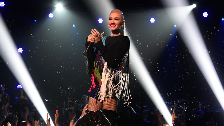 Gwen Stefani på scenen i kantet kjole