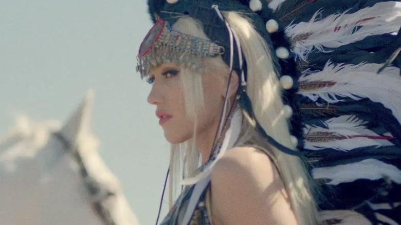 Gwen Stefani poserer sidelengs med indianer frisyre