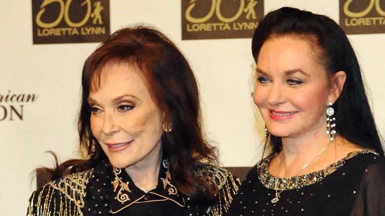 Loretta Lynn med sin yngre søster Crystal Gayle